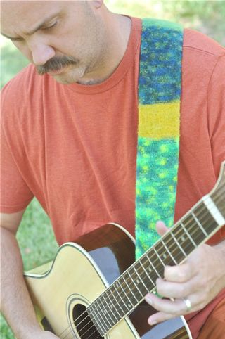 Felted_guitarstrap_green1